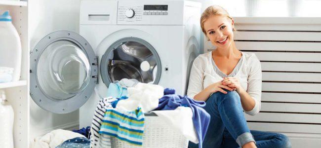 vrouw bij wasmachine