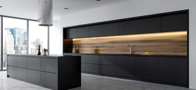 Moderne keuken met houten afwerking.