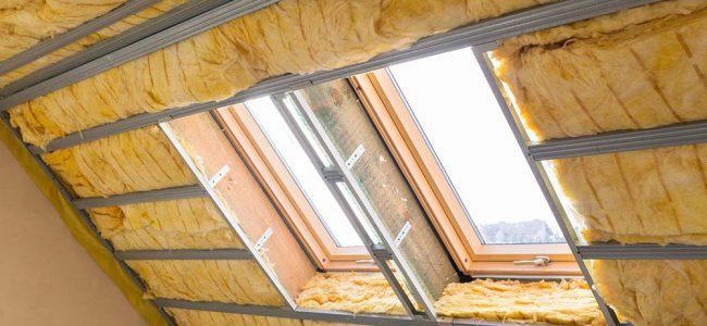 Je ziet velux ramen in een dak met dakisolatie.