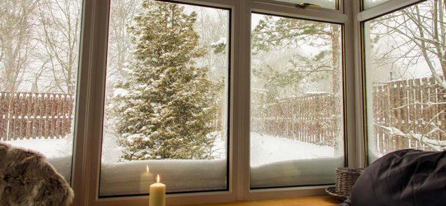 Een veranda met zicht op sneeuw.