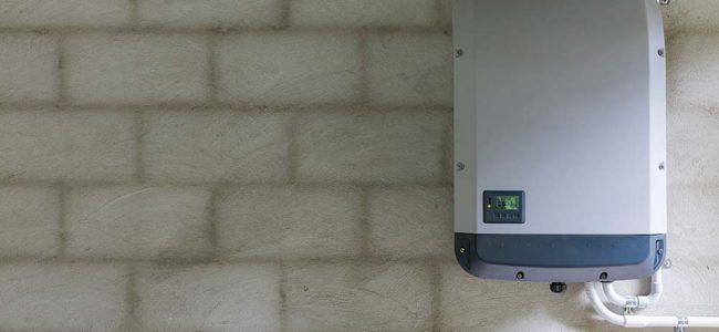 Opslagbatterij aan muur.