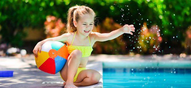 Kindje bij zwembad