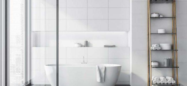 Badkamer met losstaand bad.