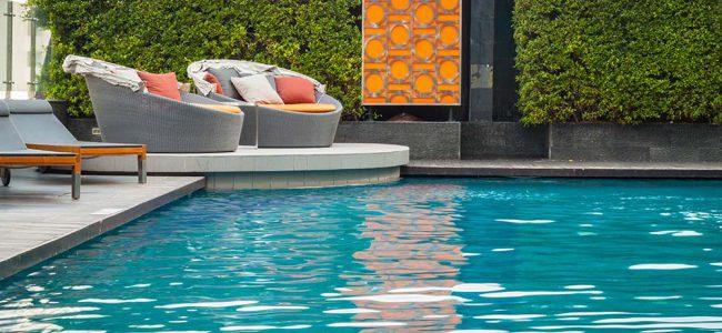 Lounge bij zwembad