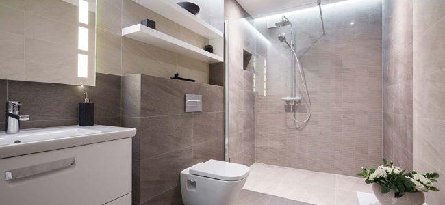 Moderne badkamer met ruime douche.