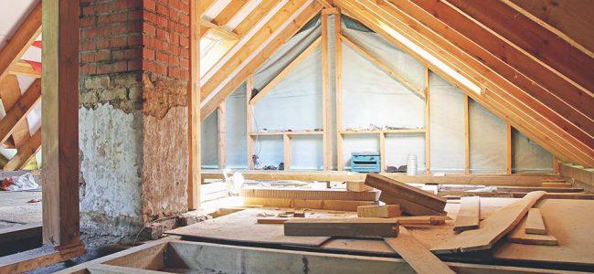 Zolder met houtconstructies en planken.