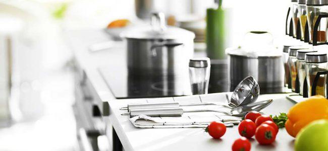 Aanrecht met potten en keukengereedschap.