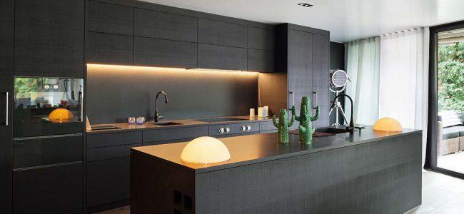 Moderne donkere keuken met led lichten.