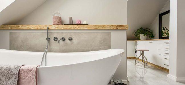 Losstaand bad in badkamer.