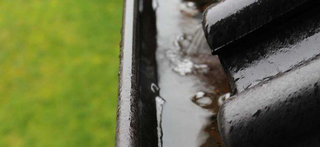 dakgoot met regendruppels