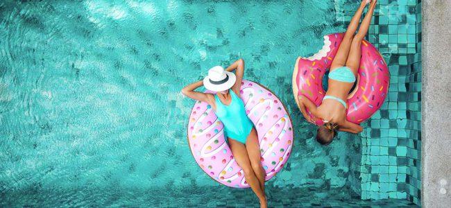 Dames in zwembad met zwembanden