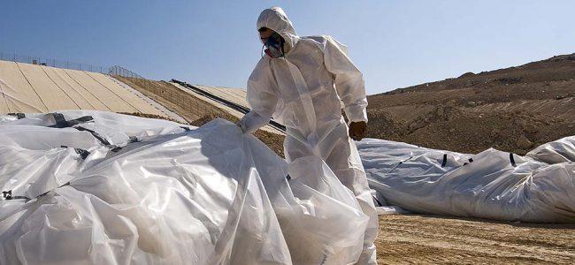 Man in pak die asbest verwijdert.