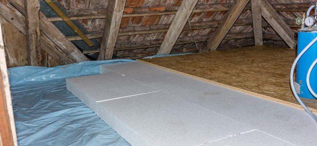 Een zolder met een geïsoleerde vloer.