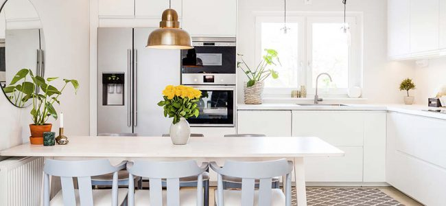 Moderne witte keuken.