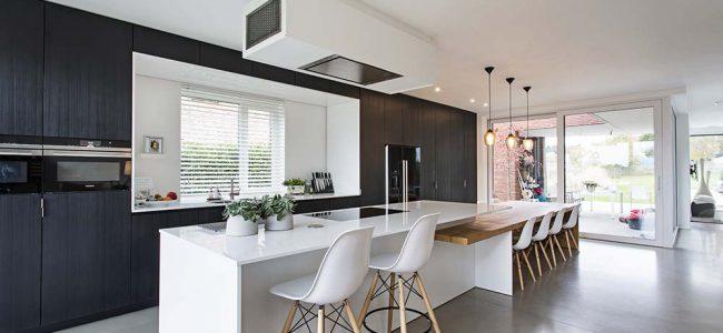 Moderne keuken met wit en zwart.