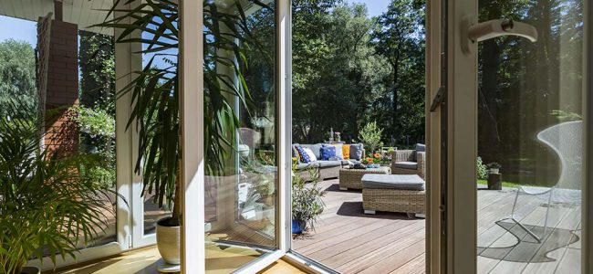 Een veranda met een mooi terras.