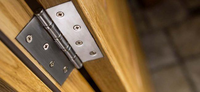 Scharnier op houten deur