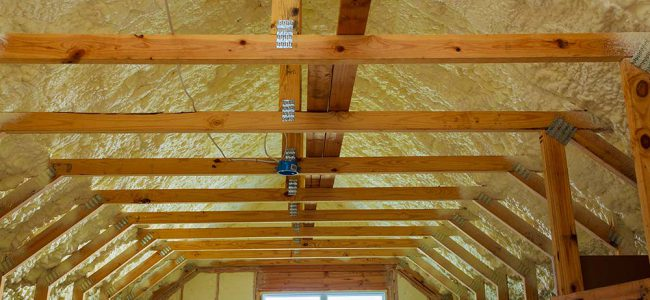 Een houten dakconstructie met isolatie.