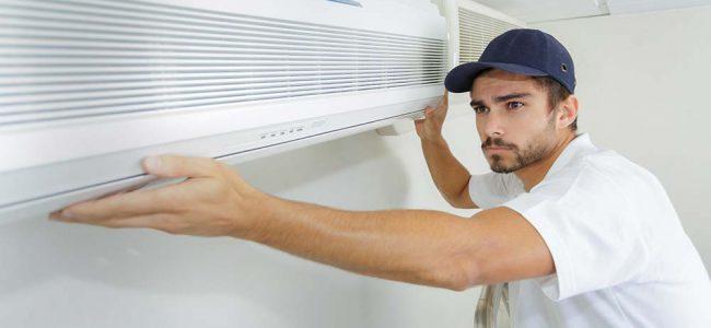 Man installeert warmtepomp