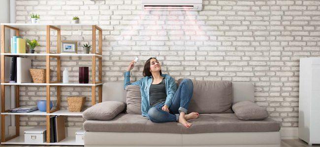 Vrouw in zetel aan het genieten van warmtepomp.