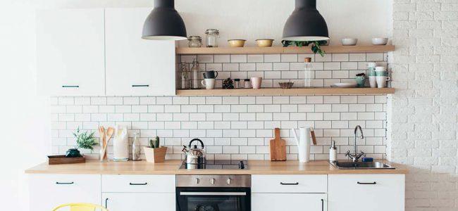 Moderne keuken met hanglampen.