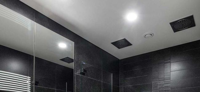 Spanplafond in badkamer.