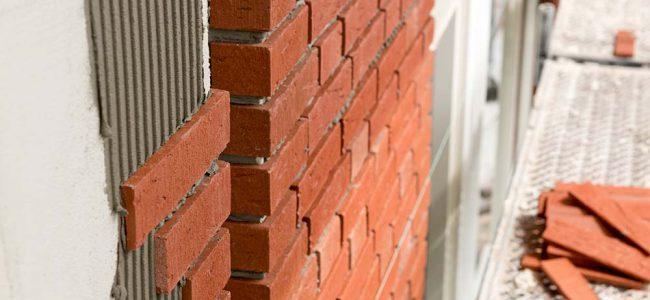 steenstrips op muur.