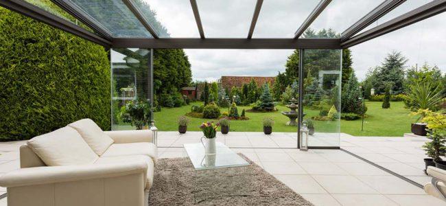 Grote tuin met terrasoverkapping.