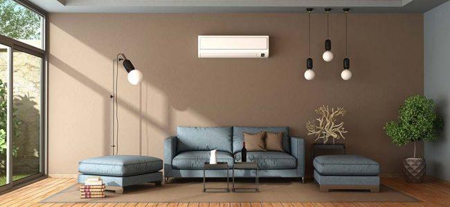 Huiskamer met bruine muren en witte airco