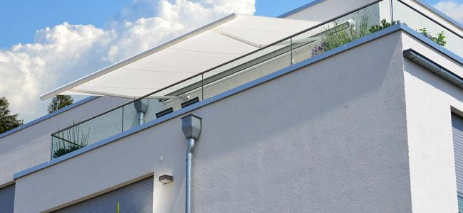 zonwering op terras wit gebouw