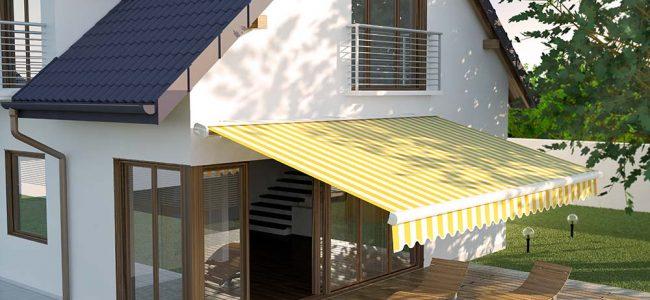 Gele zonwering op houten terras