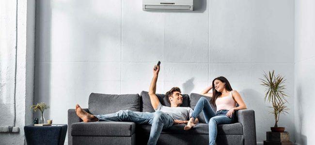 Man en vrouw die genieten van de airco