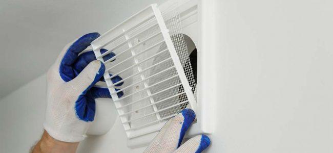 Man die ventilatie installeert