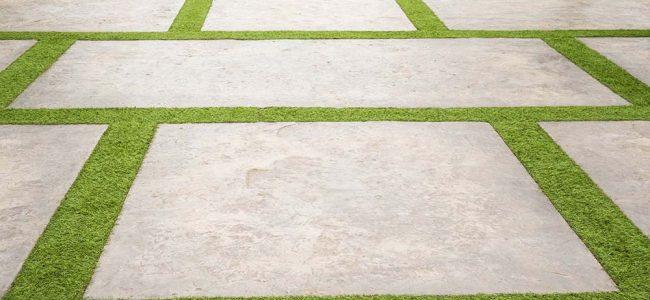 Tegels omringd door kunstgras