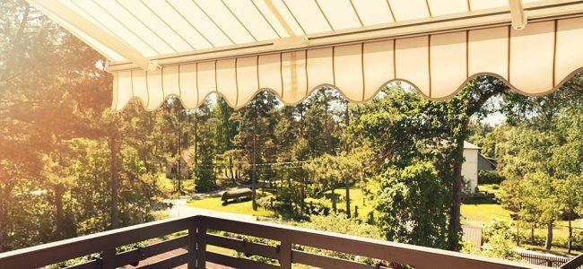 Houten balkon met beige zonwering