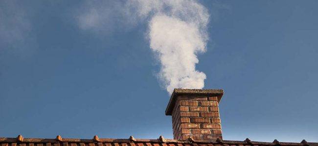 Schoorsteen met witte rook